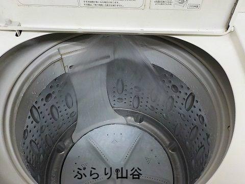 コインランドリーの大きな洗濯機