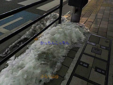 雪ではなく氷になった東京の積雪
