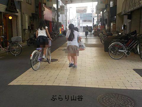 ドヤ街で遊ぶ子供達とキックボード