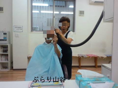 散髪で髪の毛を吸う掃除機