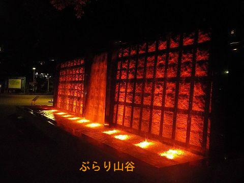 滝がライトアップされた上野公園