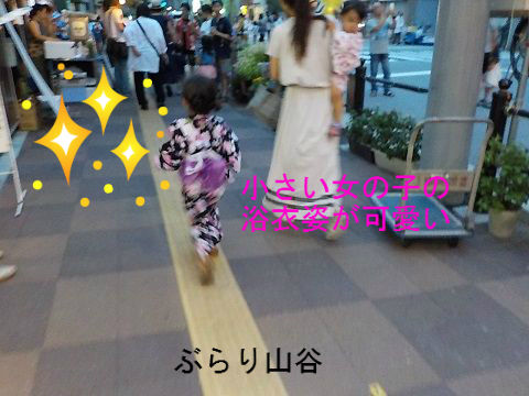 盆踊りでの小さな女の子の浴衣姿が可愛い