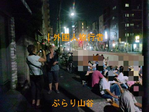 山谷に来た外国人旅行者が記念撮影