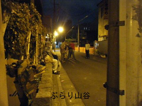 夜の山谷ドヤ街で炊き出しを配る団体