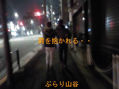 男に肩を抱かれてうっとりしている外国人なゲイカップル
