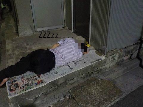 ドヤの玄関先で寝る人