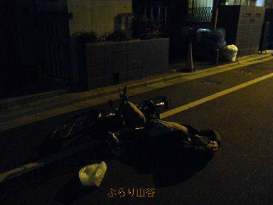 酔っぱらって道路で寝るおやじ