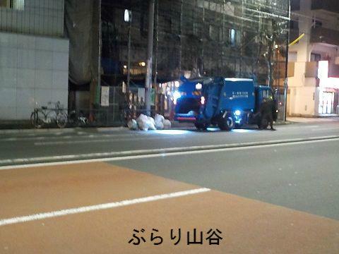 深夜のゴミパッカー車