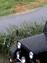 雨とジープ