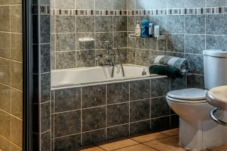 3359168775-bathroom-490781_1920-kRKK-320x213-MM-100