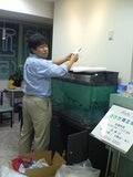 水槽を設置する院長