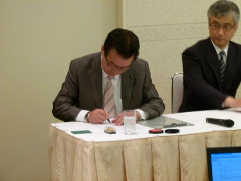 野党統一候補・木戸口英司氏の出馬会見に同席、確認書等に署名
