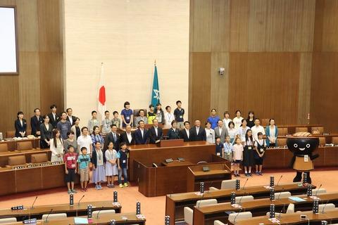 議事堂内で「夏休み親子県議会教室」を初めて開く。