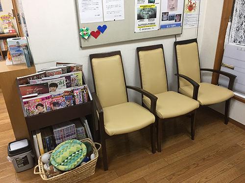 18.11.25 待合室の椅子のはり替えいたしました。