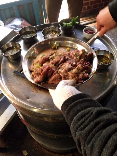 ドラム缶焼肉の正体を確かめに行ってきた! ソソカルビの人気店・新村のヨンナム食堂