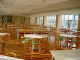 光が差し込む食堂スペース