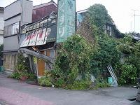 建物が歪んでしまった薬局跡