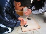 竹のきりで石に穴を開ける