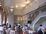 レストランの天井は高い