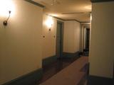 木の扉が並ぶ廊下