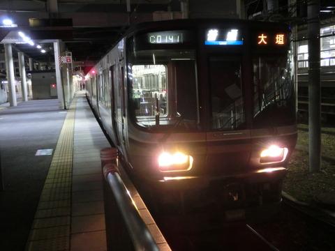 米原駅でJR西日本の車両の 「大垣行き」 を撮る