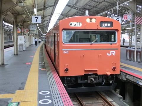 天王寺駅の阪和線ホームでオレンジ色の103系を撮る(2013年10月)