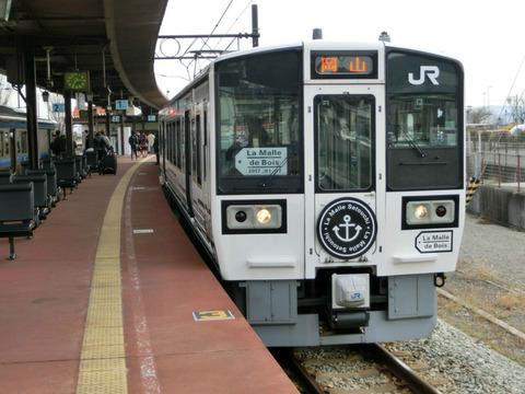 宇野駅で観光列車 「ラ・マルせとうち」 岡山行きを撮る(2017年1月)