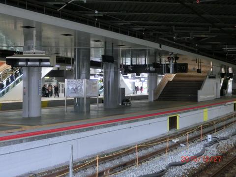 新大阪駅 旧13・14番のりばに新しい発車標が設置される (2015年12月)