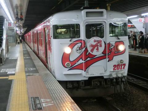 広島駅で 「カープ応援ラッピングトレイン」 を撮る (2017年4月)