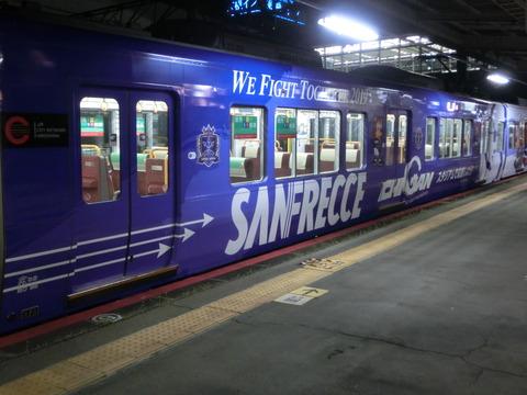 徳山駅で227系 「サンフレッチェ広島ラッピング列車」 を取る(2019年3月)