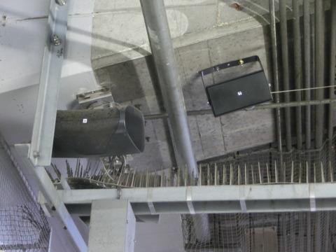福山駅の在来線ホームに新しいスピーカーが設置される (2015年4月)