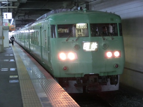 岡山駅で、緑色の117系 団体専用列車を撮る (2016年4月)
