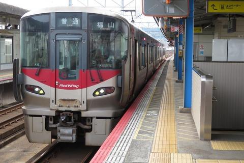 三原駅で新型車両・227系の普通 福山行きを撮る (2021年9月)