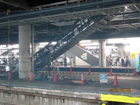 新大阪駅 工事中の旧17・18番のりばにエスカレーターが設置される (2013年6月)