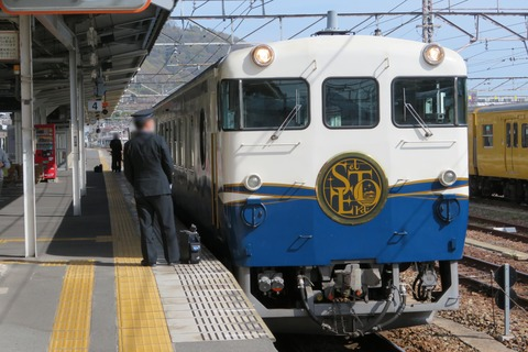 糸崎駅で観光列車 「etSETOra」 (運転停車) & 227系の岩国行きを撮る (2021年3月)