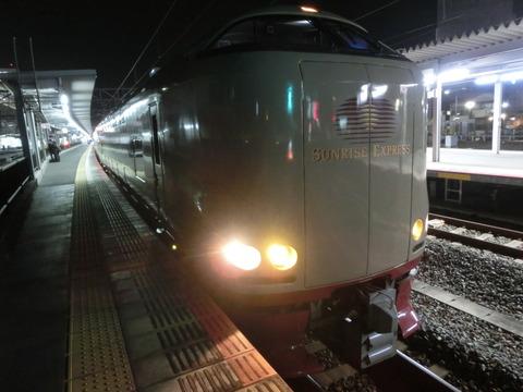 岡山駅で サンライズ瀬戸・出雲 「東京行き」 の表示を撮る(2016年4月)