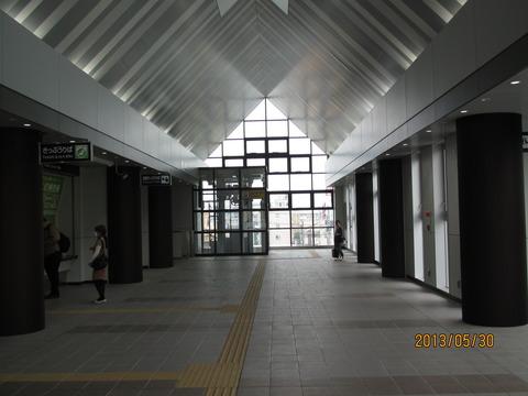 和泉府中駅 使用開始された西口の駅舎・駅前の様子(2013年5月)