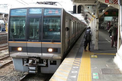 王寺駅で 「直通快速 奈良行き」 を撮る (発車標&207系) 【2020年1月】