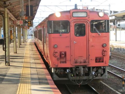 徳山駅で岩徳線の列車&在来線の駅名標を撮る (2017年8月)