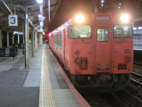 徳山駅で 夜の時間帯に 岩徳線 岩国行きを撮る (列車&発車標) 【2019年3月】
