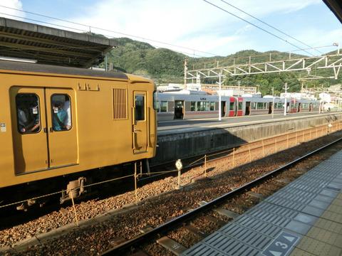 花火大会の最寄り駅まであと1駅で6両の電車から3両の電車に乗り換え (糸崎駅にて)