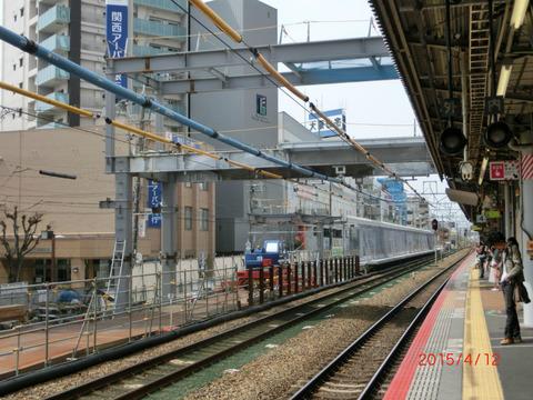 高槻駅 ホーム増設工事(2015年4月)  新・乗換通路の鉄骨が出現!