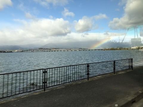 湖岸道路と虹