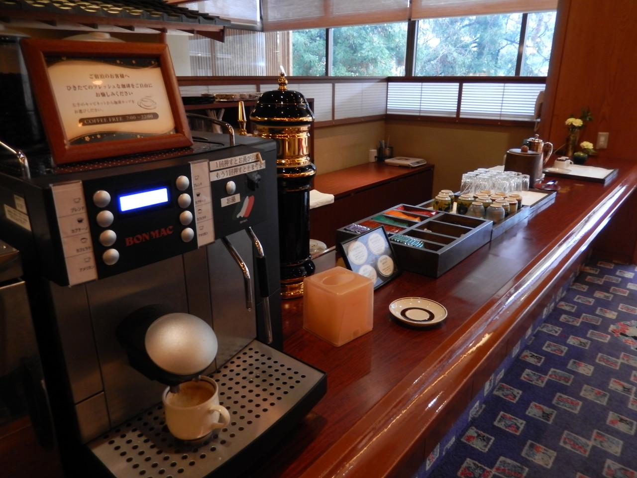 ロビーラウンジにて加賀棒茶・コーヒー・紅茶サービス
