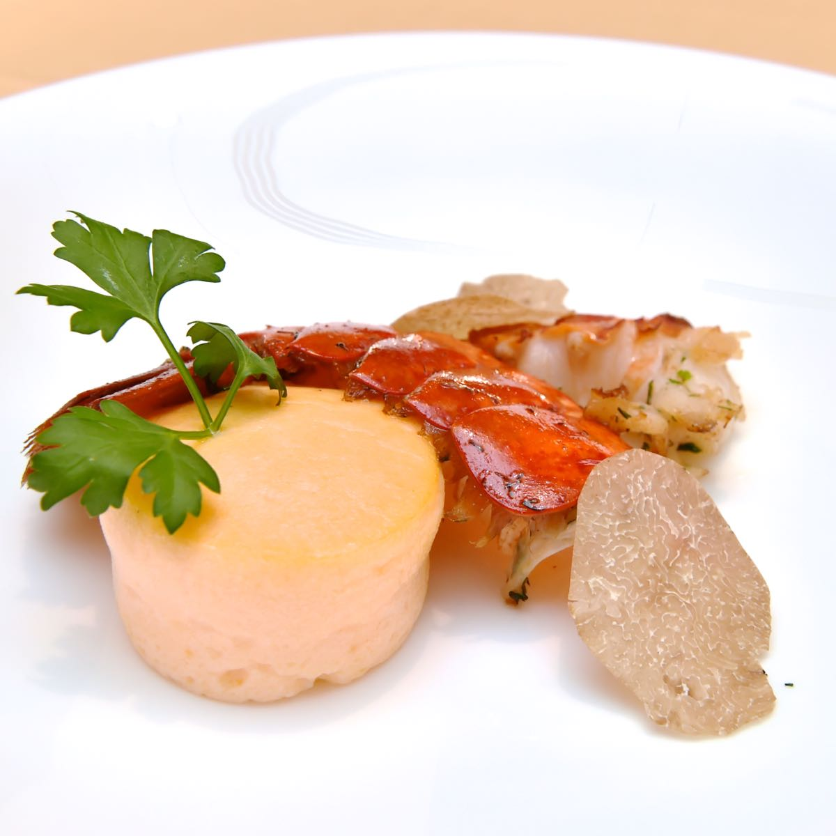 ロブスターのポワレ バニラ香るロブスターソース トリュフとマッシュルームのデュクセルを入れたムースリーヌ