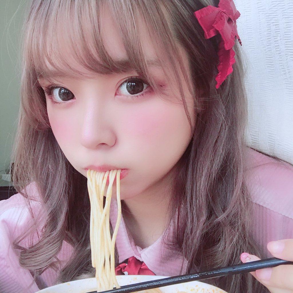 【画像】超可愛い子がラーメン食べてる