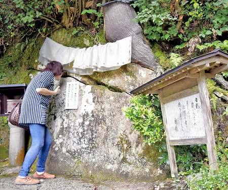【福井】永平寺町竹原の越前竹原弁財天の大岩には白ヘビが宿る 見たら商売繁盛