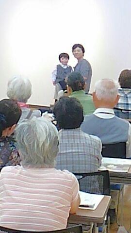 腹話術で被爆体験を語る小谷孝子さん