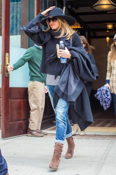 Jennifer-Aniston-Street-Style-4-10272015-373x560