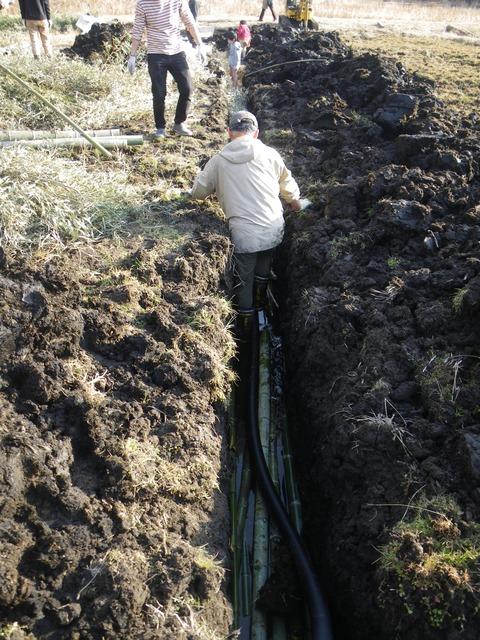 2021-02-13 15-21-09_0050暗渠構造①太い竹材の上に水抜きパイプ